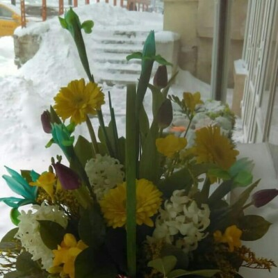 Aranjament floral cu frezii lalele Iris zambile gerbera preț 150 lei