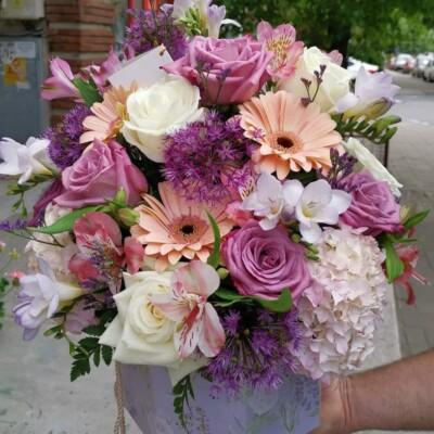 Aranjament floral cu gerbera trandafiri frezii Hortensia astromeria.. Preț 250 lei