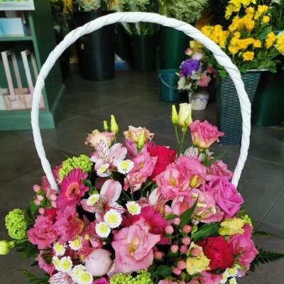 Aranjament floral cu lisianthus, astromeria, viburnum, hipericum, trandafirii preț 250 lei