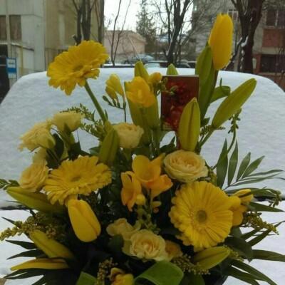 Aranjament floral cu lisianthus gerbera lalele frezii preț 100 lei