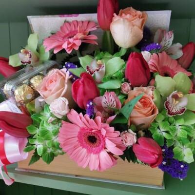 Aranjament floral cu orhidee lalele, trandafirii.. Preț 150 lei