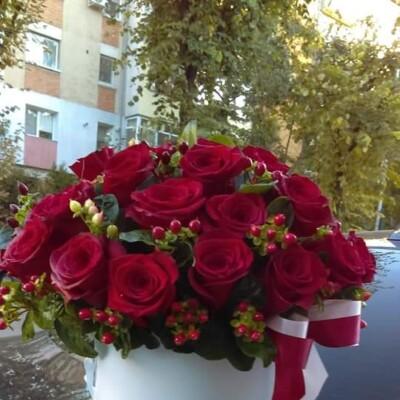 Aranjament floral cu trandafiri și hipericum.. Preț 300
