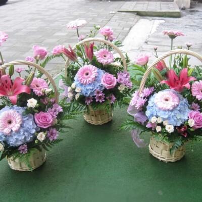 Aranjament floral cu trandafiri crin Hortensia gerbera preț 150 lei