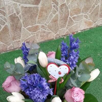 Aranjament floral cu trandafiri zambile lalele preț 100