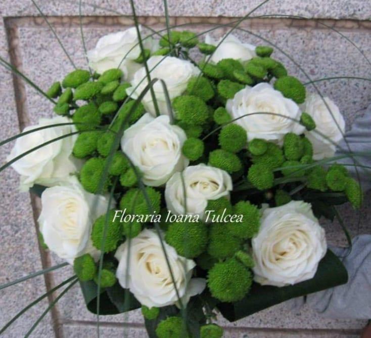 Buchet 11 trandafiri albi, 8 santini preț 160 lei