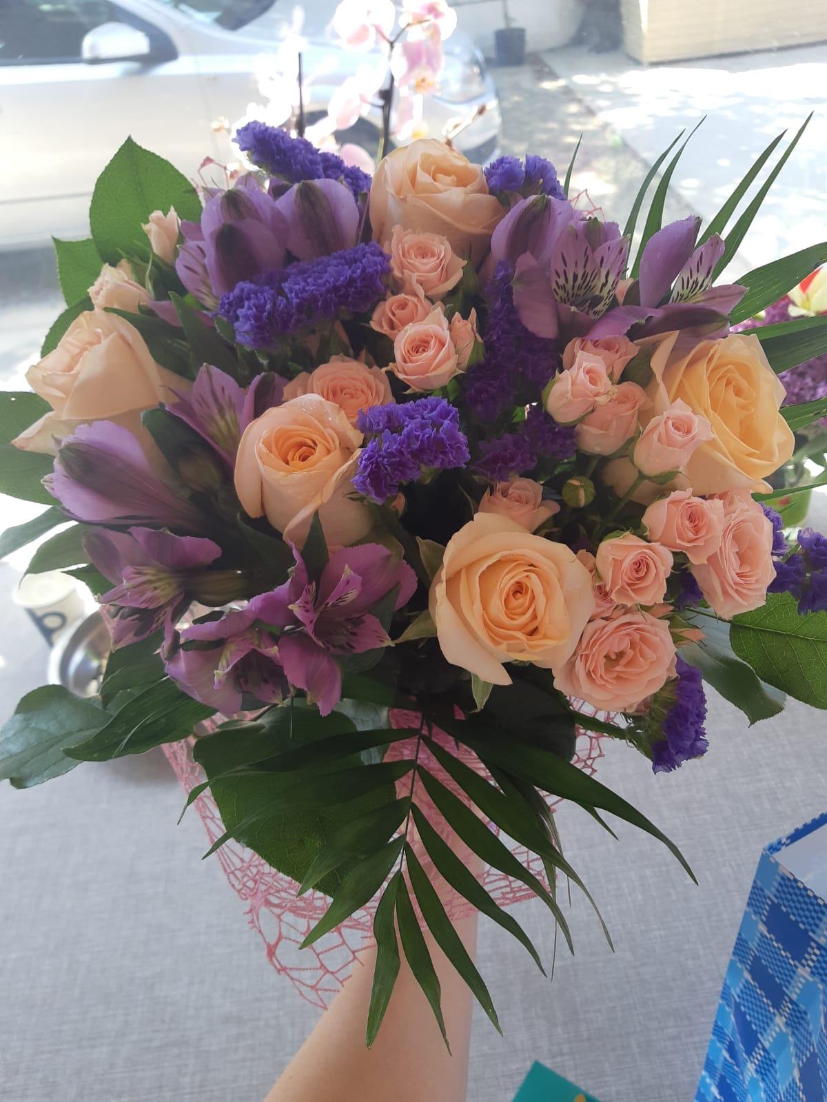 Buchet 5 trandafiri somon, 3 astromeria mov, 3 minirose roz, limonium preț 100 lei