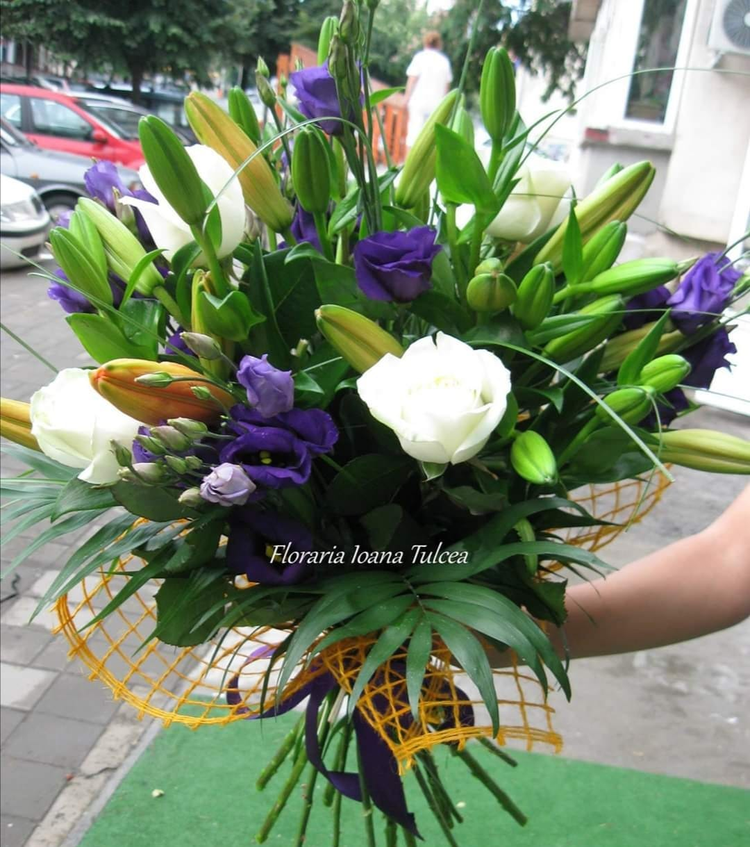 Buchet 7 trandafiri albi, 5 crini, 5 liziantus mov preț 175 lei