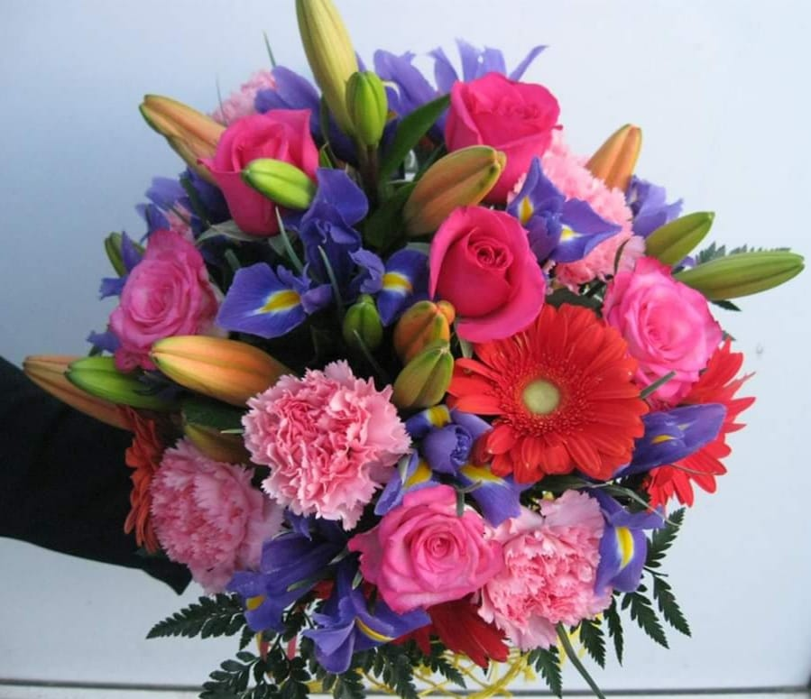 Buchet 7 trandafiri cyclam, 3 crini, 9 iriși, 6 garoafe roz preț 160 lei