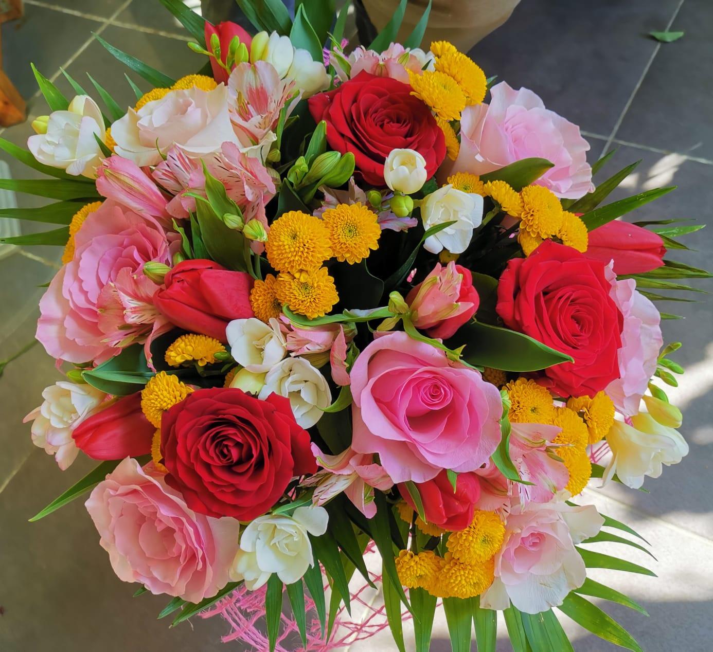 Buchet 9 trandafiri ,10 frezii albe, 8 santini galben 6 lalele rosii, 4 astromeria  preț 200 lei
