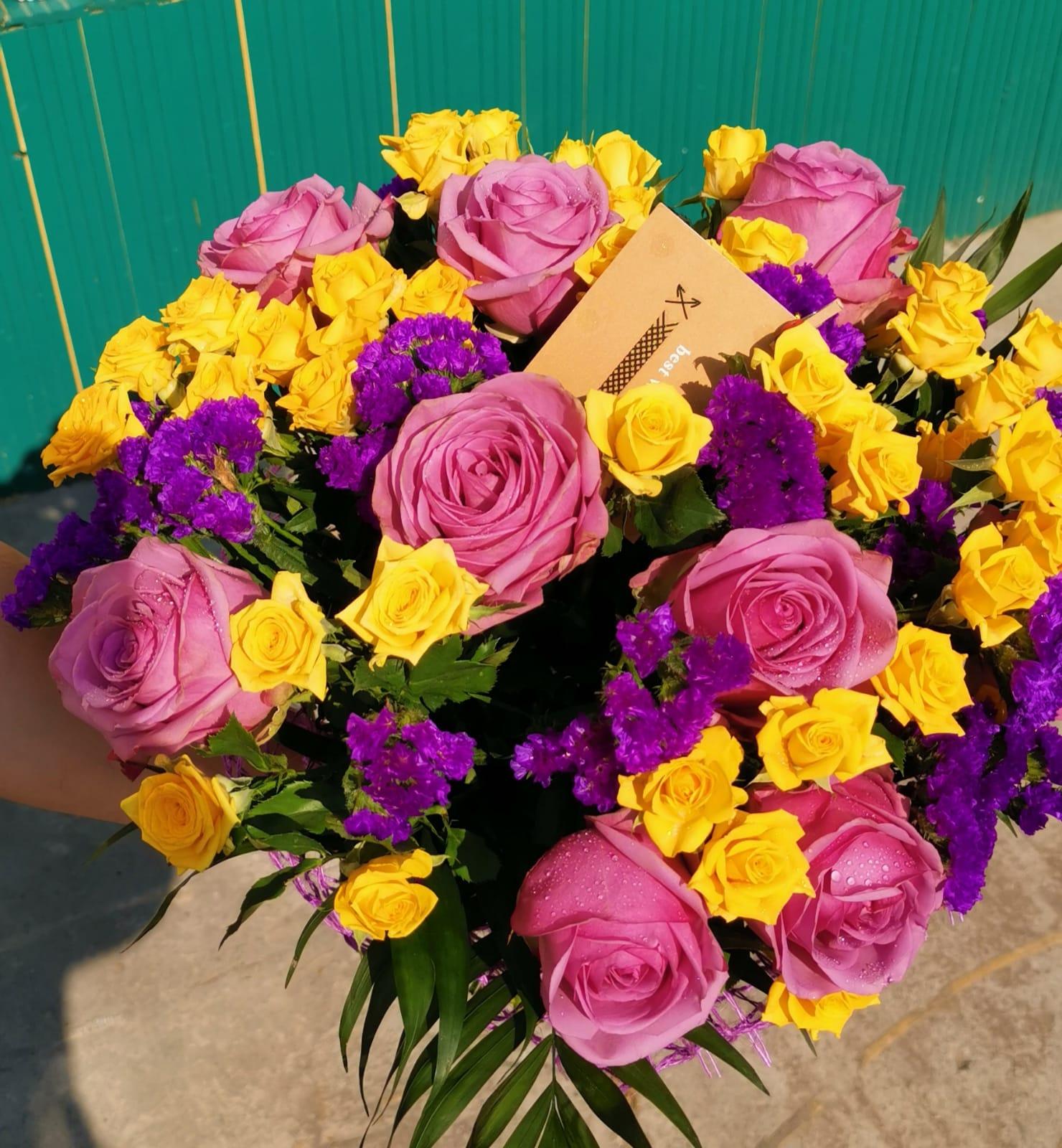 Buchet 9 trandafiri mov, 6 miniroza galbene, limonium preț 150 lei